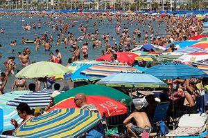Châu Âu vật vã vì nắng nóng kinh hoàng, dân đổ xô ra biển
