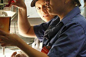 Uống cà phê có nước tẩy rửa của McDonald's, thai phụ ở Canada nhập viện