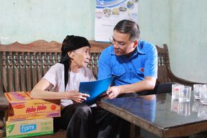Thành đoàn Hà Nội tặng quà người dân vùng lũ huyện Chương Mỹ