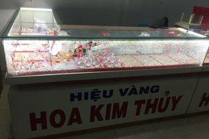 Thanh niên bịt mặt cướp tiệm vàng ở Quảng nam