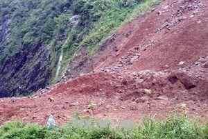 Sụt taluy dương ở Sơn La, hàng nghìn m3 đất đá đổ xuống lấp mặt đường