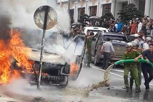Cảnh sát cùng người dân dùng xe hút bể phốt phun nước vào ô tô đang bốc cháy dữ dội