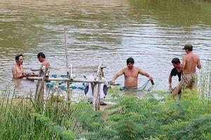Nghi bé trai rơi xuống suối, hơn 100 người dùng lưới tìm kiếm