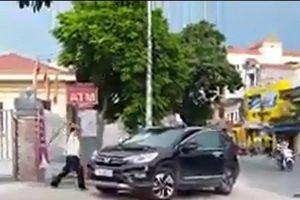 Thái Bình: Xác định nguyên nhân bảo vệ ngân hàng đập phá xe ô tô trước trụ sở