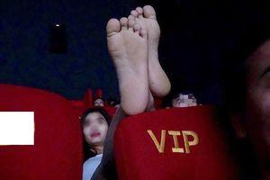 Cô gái gác chân lên ghế phía trước - đi xem phim hay làm trò gì vậy?