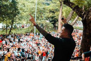 Tuấn Hưng biểu diễn ca khúc mới trước ban công khiến khán giả phố đi bộ thích thú