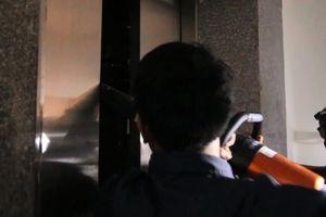 Kẹt thang máy, nữ nhân viên văn phòng hoảng loạn