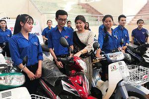 Cựu sinh viên Đà Lạt tặng 20 xe máy cho sinh viên nghèo