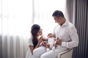 Vợ chồng Lương Thế Thành - Thúy Diễm hạnh phúc khoe con trai đầu lòng