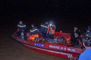 Sà lan lật úp trên sông, bé gái 6 tuổi mất tích