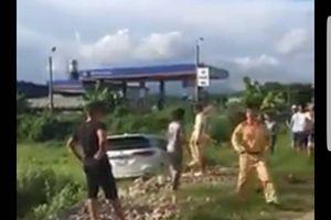 Quảng Ninh: CSGT truy đuổi xe ô tô 'điên' nghi vận chuyển ma túy