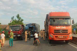 Hà Tĩnh: Tránh bò thả rông, ô tô tải gây tai nạn liên hoàn