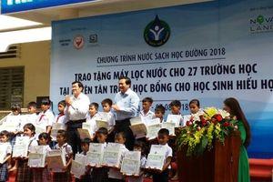 Nguyên Chủ tịch nước Trương Tấn Sang trao quà cho HS ở Long An