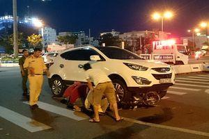 Xe máy biến dạng dưới gầm ô tô, 2 cô gái trẻ thoát chết trong gang tấc