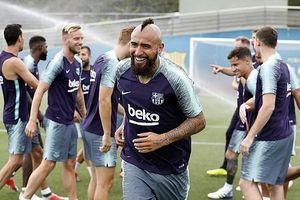 Arturo Vidal 'tươi như hoa' trong buổi tập cùng Lionel Messi ở Barca