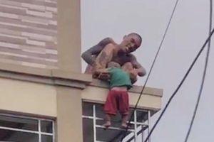 Vụ gã đàn ông ném bé trai hơn 1 tuổi từ mái nhà xuống: Cháu bé được đỡ kịp thời, nghi là con của đối tượng