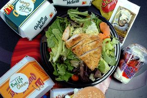 Gần 400 người ngộ độc vì salad gà của McDonald