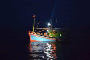 Tàu kiểm ngư cứu nạn 2 ngư dân gặp nạn, đưa về đảo Song Tử Tây