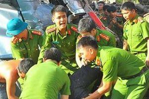 Tai nạn thảm khốc, 2 người chết, tài xế mắc kẹt trong ca bin