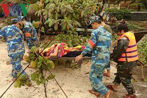 Một ngư dân bị thanh gỗ nặng khoảng 50kg rơi trúng đầu
