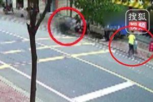 Clip: Bị lốp xe tải khổng lồ văng trúng, bé 7 tháng tuổi chết thảm trong xe nôi