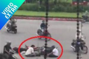 Sau va chạm giao thông, hai người đàn ông ngồi 'tâm sự' giữa đường