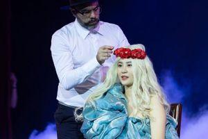 Trình diễn nhiều kiểu tóc độc, lạ trên sân khấu nhà hát Lớn