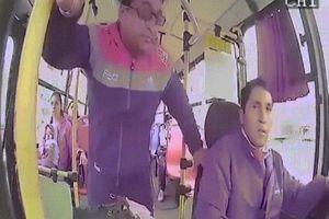 Khoảnh khắc hành khách đấm liên tiếp vào mặt tài xế xe buýt