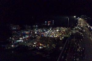 Chợ hải sản bán mua lúc nửa đêm bên vịnh Hạ Long