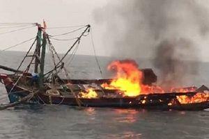 Thanh Hóa: Tàu cá bốc cháy dữ dội, 7 ngư dân may mắn thoát chết
