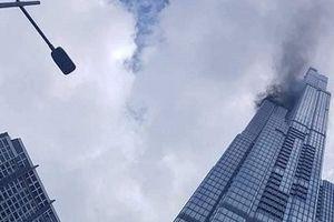 Xỉ hàn bắn vào xốp khiến khói bốc lên ở tòa nhà 81 tầng