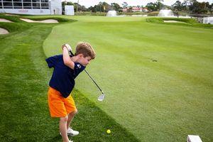 Cậu bé một tay chơi golf chuyên nghiệp
