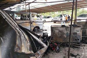 Cháy bãi xe gần sân bay Tân Sơn Nhất, nhiều ôtô bị thiêu rụi