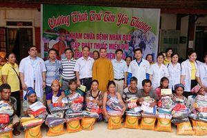 Khám, chữa bệnh và trao 250 suất quà cho các hộ nghèo ở Kỳ Sơn 
