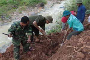 Hàng chục người toát mồ hôi phá đá thông đường ở xã biên giới Nghệ An