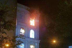 TP.HCM: Trung tâm thương mại bốc cháy, nhân viên, khách hàng tháo chạy trong đêm