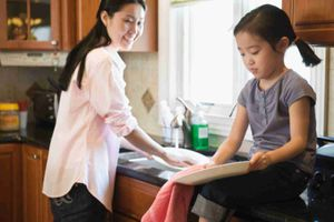 Trước khi con gái trưởng thành, cha mẹ cần làm gì?