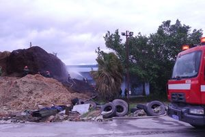 Bình Định: Hàng trăm người tham gia dập tắt đám cháy ở kho dăm gỗ