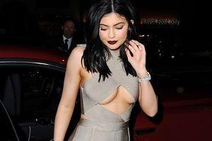 Vì sao Kylie Jenner nghiền jumpsuit bó chẽn như tức thở nhưng chưa bao giờ mắc lỗi phản cảm?