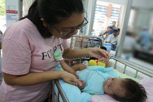 Bé gái 2 tháng tuổi mắc căn bệnh mà cả thế giới chỉ có 40 người