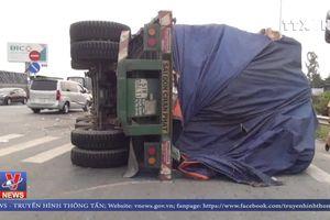 Xe lật, nhiều tấn phế liệu bị đổ trên đường vào cao tốc