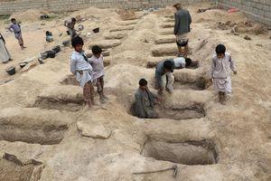 Đau lòng cảnh chôn cất hàng loạt trẻ em Yemen tử vong do không kích