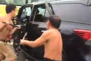 Ôtô khách lao qua dải phân cách đâm nát xe Fortuner, 4 người nguy kịch