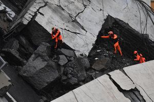 Vụ sập cầu ở Italy: Đội cứu hộ 'cày nát' những khối bê tông khổng lồ tìm người sống sót