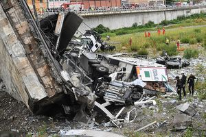 Hàng loạt ô tô bị rơi và đè bẹp rúm trong vụ sập cầu Italy