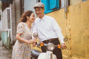 Bộ ảnh '35 năm một cuộc tình': Ai bảo tình già không lãng mạn?