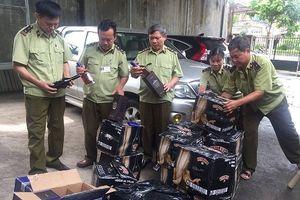 Hà Tĩnh: Bắt giữ xe tải vận chuyển 400 chai rượu ngoại nhập lậu