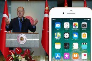 Dân Thổ Nhĩ Kỳ đập nát iPhone, đổ nước Coca-Cola vào bồn cầu để phản đối Mỹ