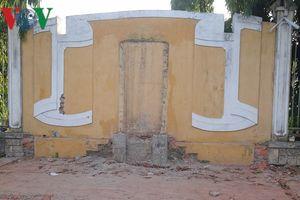 Bia tưởng niệm Tiểu đội 11 cô gái sông Hương bị di dời cất ở bảo tàng