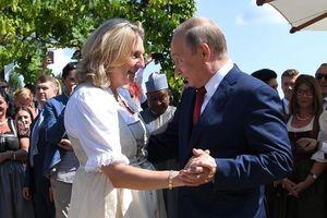 Tổng thống Putin khiêu vũ tại đám cưới của ngoại trưởng Áo